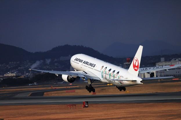 伊丹空港-BOEING777-120109_嵐_8156