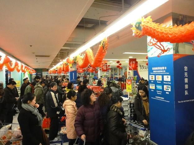 師走の上海スーパーマーケットのレジ前の行列で