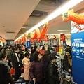 Photos: 師走の上海スーパーマーケットのレジ前の行列で