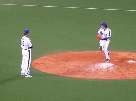 森コーチと高橋聡文投手。