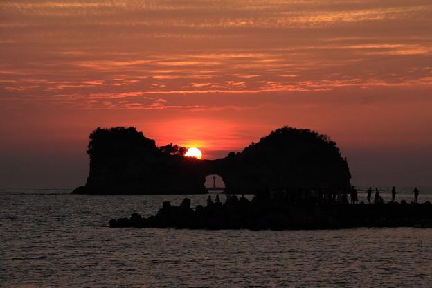写真: 円月島と夕日・行けるか?1