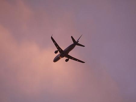 旋回中の飛行機