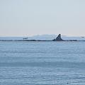 Photos: 茅ヶ崎 烏帽子岩と伊豆大島