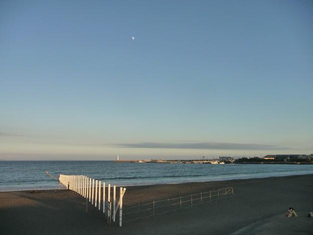 白い月と海岸