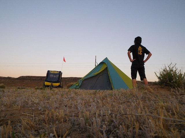 夕暮れの砂漠のキャンプ