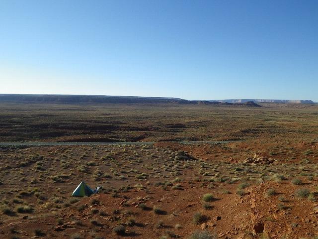 左の写真と同じテントサイト…近くの丘から撮影