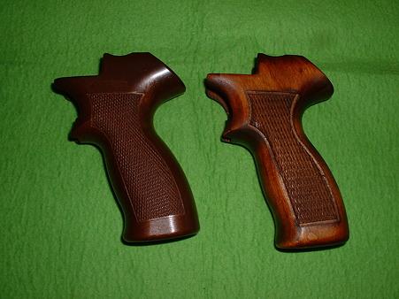 マルシン 「トグサの銃 マテバM-M2007」 側面比較 木製グリップ(右)とプラ製グリップ(左)… 木製が少し大きい