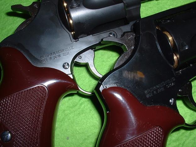 手持ち ニューナンブ系 TOYGun  マルシン 8mm ポリスリボルバー 発売時期による 加盟団体刻印違い  2in  旧カート仕様版(左) 3in  Xカート仕様版(右)Doburoku-TAO