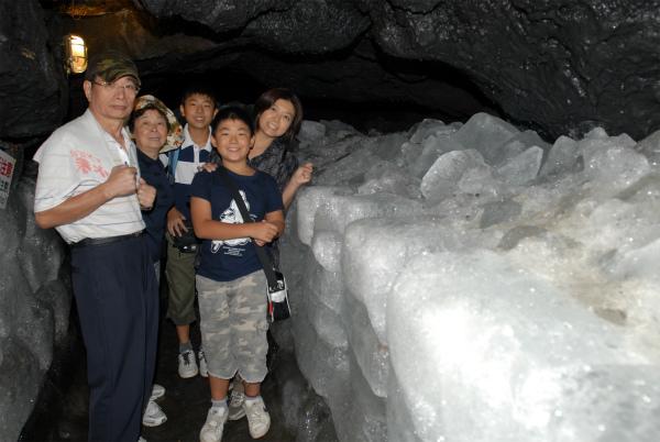 鳴沢氷穴の中で氷と一緒に記念撮影